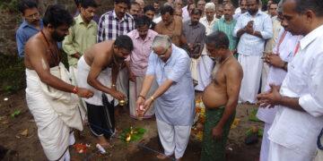 Mananeeya Sarkaryavah Suresh Bhayyaji Joshi laid foundation stone for the new Kesari Building on 25 November 2013
