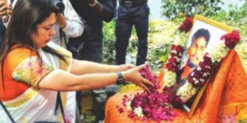 മീനാക്ഷി ലേഖി എം.പി. നന്ദുവിന്റെ ഫോട്ടോയില് പുഷ്പാര്ച്ചന നടത്തുന്നു.